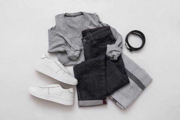 Серые джинсы, свитер, кроссовки, пояс и шарф