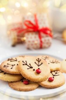自家製トナカイクッキー装飾チョコレートと白い皿に赤いキャンディー