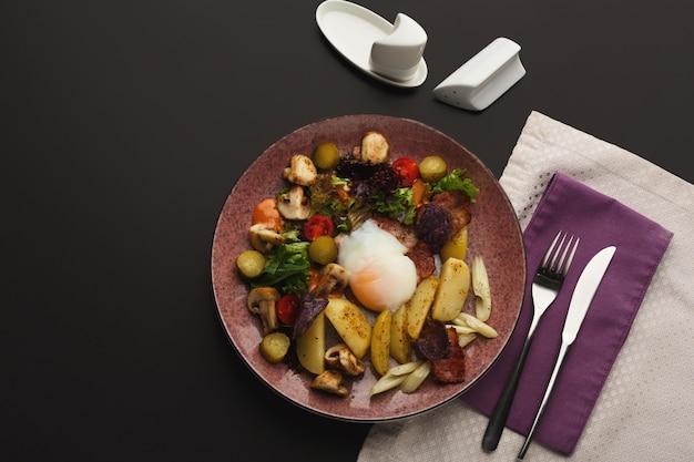 温かいポテトサラダを添えたレストランの朝食