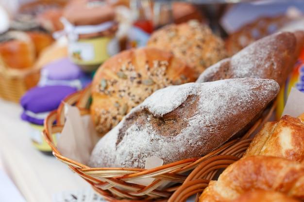 Свежий домашний хлеб в корзине, крупным планом