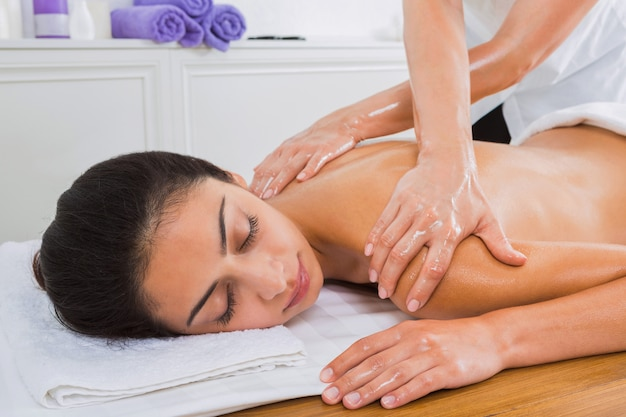 Массаж тела в оздоровительном спа-центре