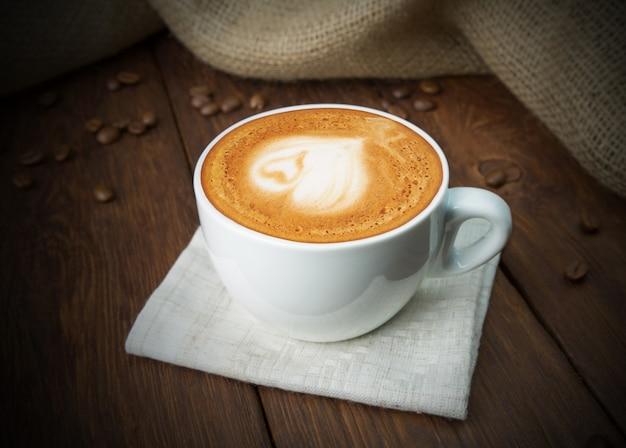 木材でカプチーノコーヒーカップ