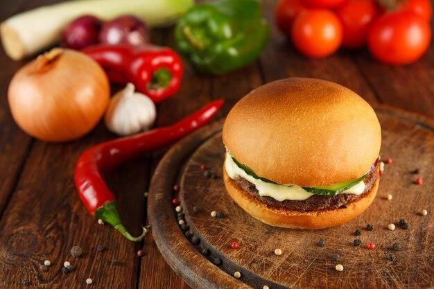 Встречайте и сыр бургер на деревянный стол