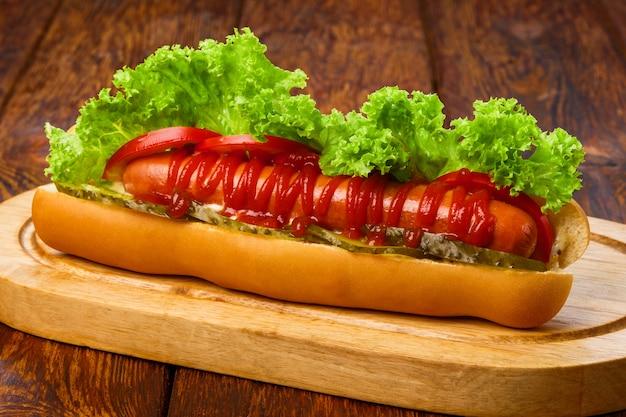 Американская еда хот-дог с листьями салата