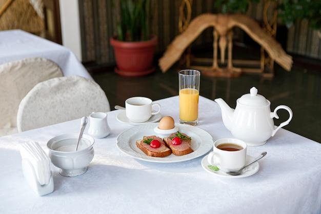 Традиционный отель завтрак с кофе и тостами
