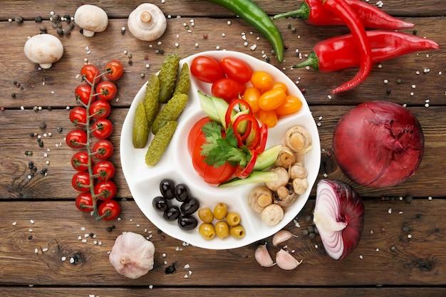 レストラン料理トマトとキュウリのピクルス