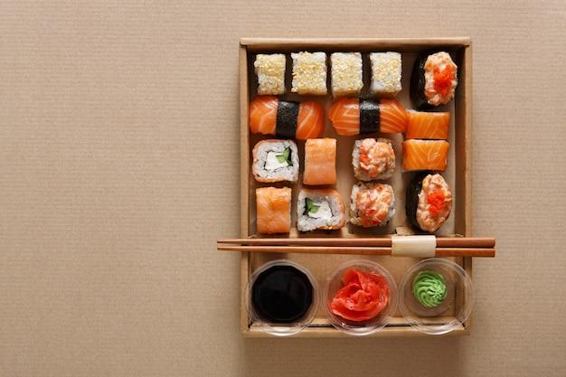 Набор суши роллов в картонной коробке