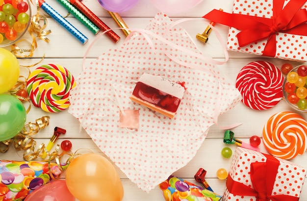 おいしいベリーケーキとたくさんの誕生日パーティーの装飾