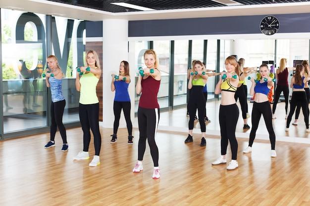 フィットネスクラスの若い女性のグループ