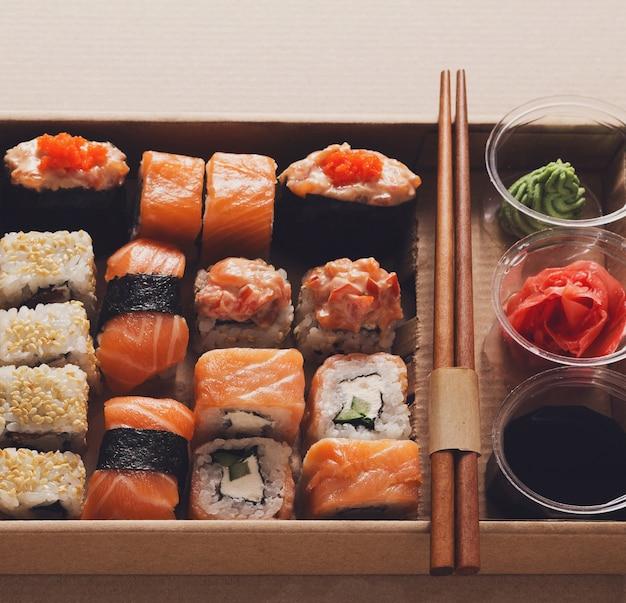 寿司マキのセットとカートン宅配ボックスでのロールのクローズアップ
