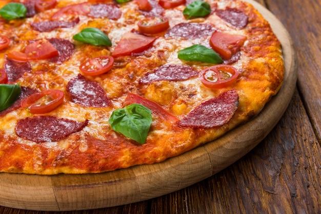 Вкусная пицца с салями и помидорами черри