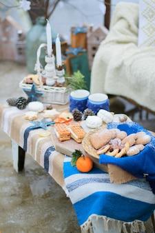 Синий зимний декор сладкое печенье на столе.