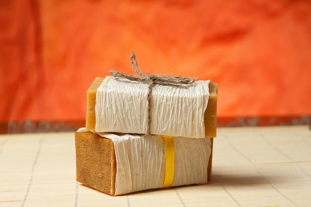竹のマットの上に天然石鹸