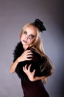 ハロウィーンの若い女性の化粧