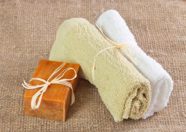 天然の手作り石鹸とタオル