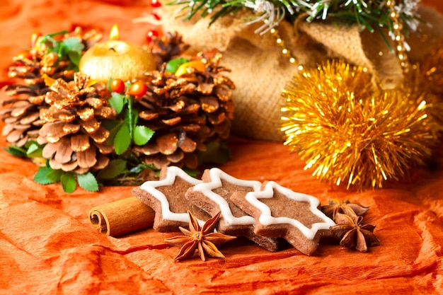 Елочные украшения и традиционные сладости, печенье со специями