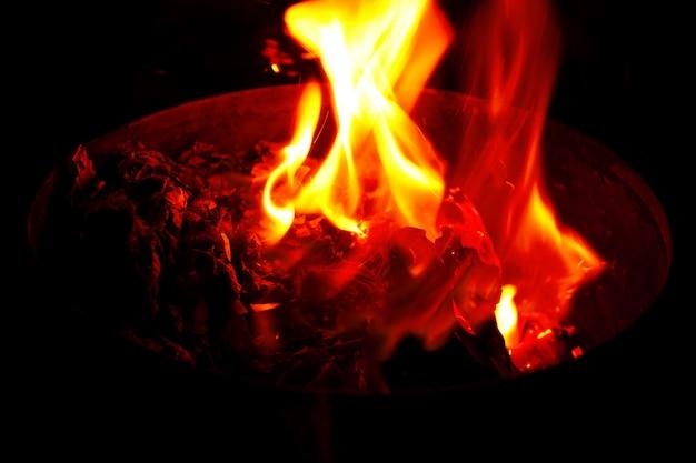 暗い背景上のコンテナーで赤い火花
