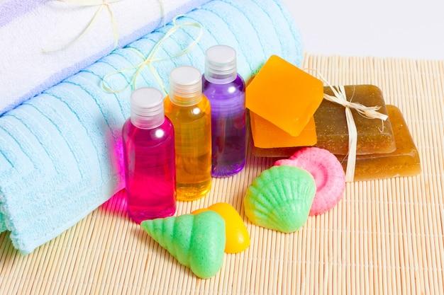Полотенца, мыло ручной работы и гели для душа