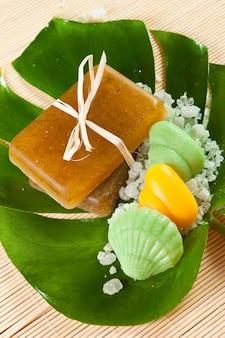 Мыло и соль на зеленом листе