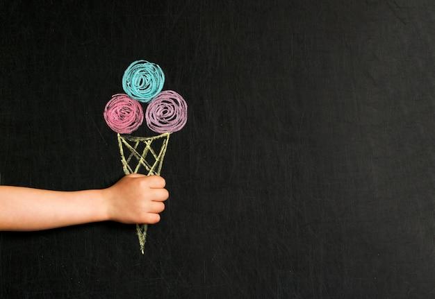 Мороженое нарисовано мелками на доске