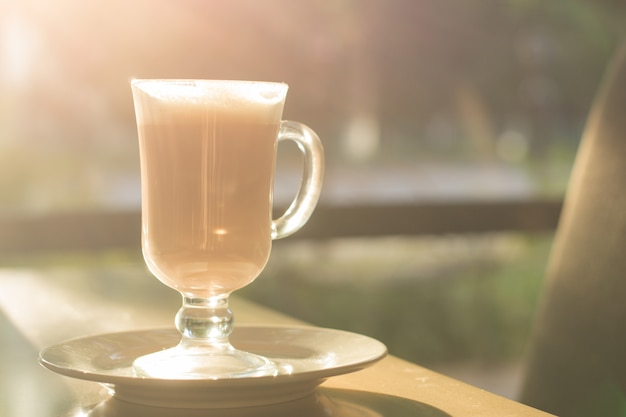 日光のコーヒーショップで朝のコーヒー