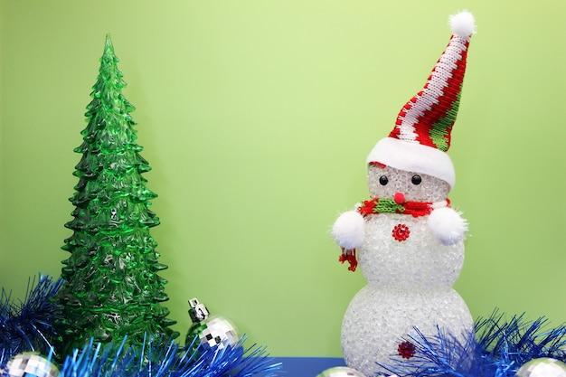 おもちゃのクリスマスツリーと雪だるま