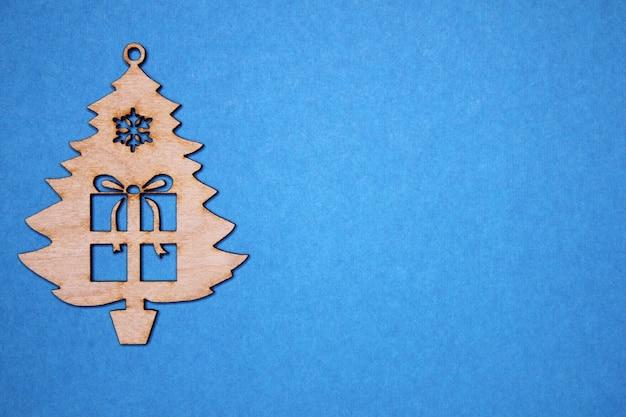 Деревянная фигурка новогодняя елка с подарком на синем
