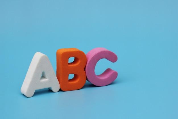 Цветные буквы азбуки изолированы на синем фоне