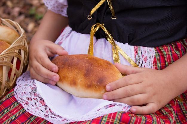 女の子の手の中の血色の良いパイ。健康食品。