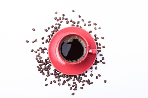 赤カップコーヒーカップとコーヒー豆