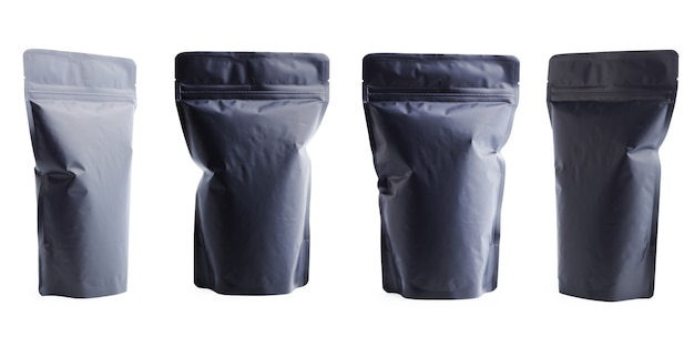 白い背景に分離された黒い空白マットビニール袋。