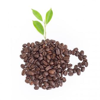 コーヒー豆カップ形状とクリッピングパスと白で隔離される春の葉