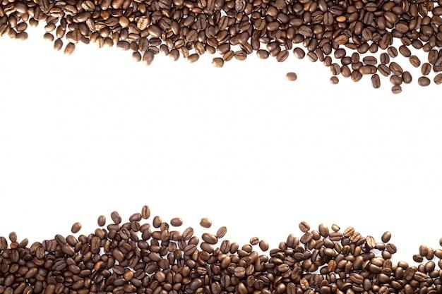 白で隔離されるコーヒー豆フレーム