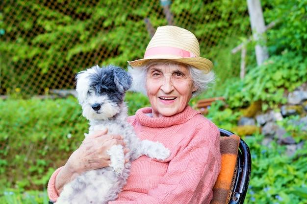 Пенсионеры женщина, сидящая со своей собакой