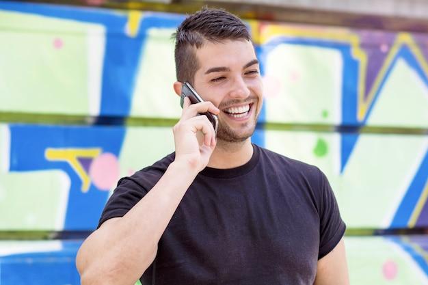 Улыбающийся человек говорил по телефону