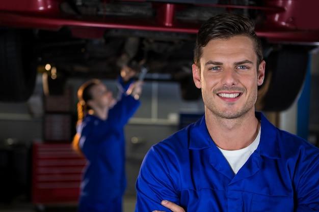 修理ガレージでメカニック立っ