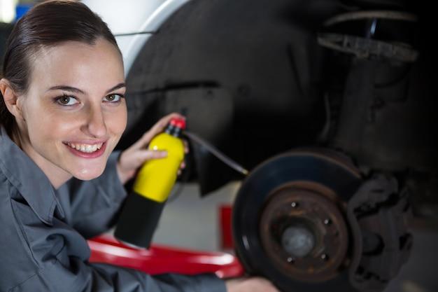 女性メカニック給油車のブレーキ