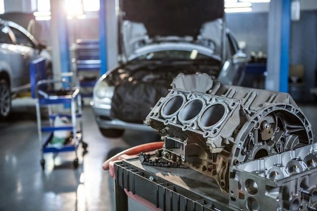 修理ガレージで車の部品