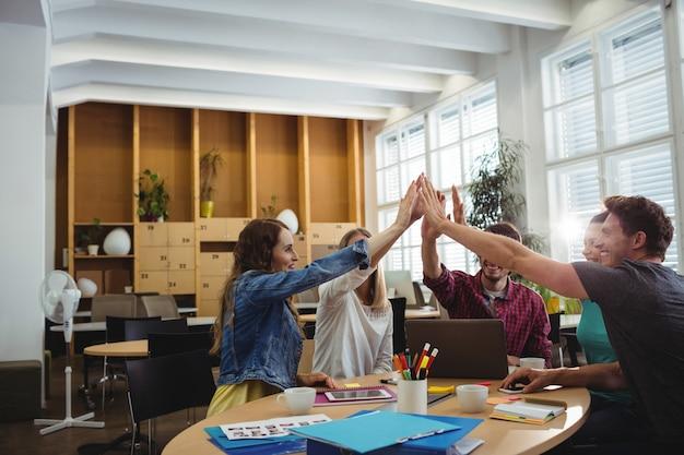 Творческая команда бизнес, положив руки вместе