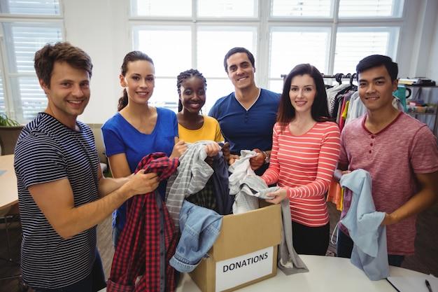 服をチェックするボランティアのグループ