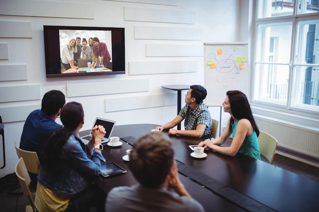 Руководители предприятий делают видеоконференции