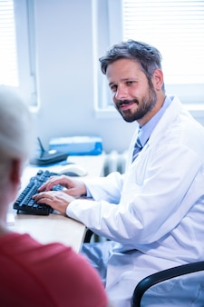 医師は病院の診療所で患者との対話します