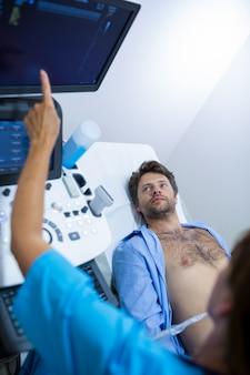 Человек получает узи в брюшной полости от врача