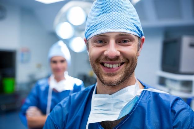 Портрет хирургов, стоя в комнате операции