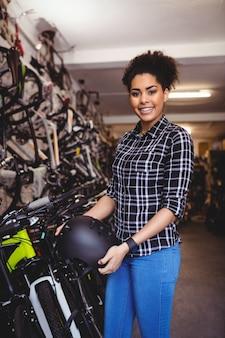 自転車用ヘルメットを保持するメカニック