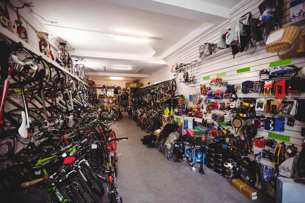 Велосипеды и аксессуары в мастерской