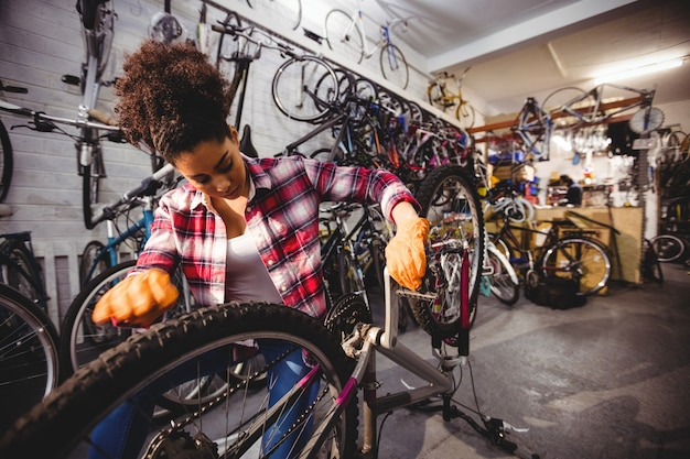 自転車を修理メカニック