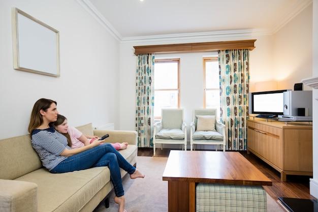 Мать и дочь, смотреть телевизор в гостиной