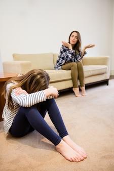母はリビングルームで彼女の娘で叫び