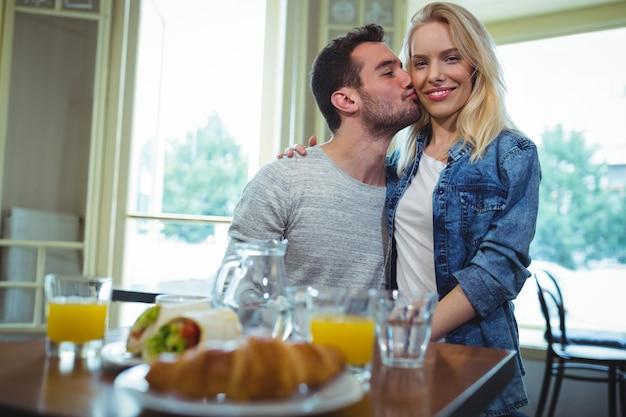 女性の頬にキスを笑顔男
